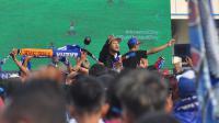 Aksi Aremania saat nobar di luar Stadion Kanjuruhan, Kabupaten Malang. (Bola.com/Iwan Setiawan)