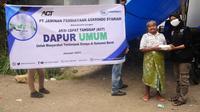 Penyaluran bantuan kepda korban bencana oleh Askrindo Syariah (dok: Askrindo Syariah)