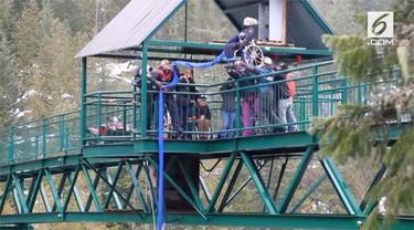 Keterbatasan fisik tampaknya tak menjadi hambatan untuk wanita satu ini mencoba hal ekstrem. Salah satu yang dilakukannya dengan bungee jumping menggunakan kursi roda.
