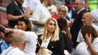 Kekasih kiper Timnas Inggris Jack Butland, Annabel Peyton (tengah). (AFP/Franc Pipe)