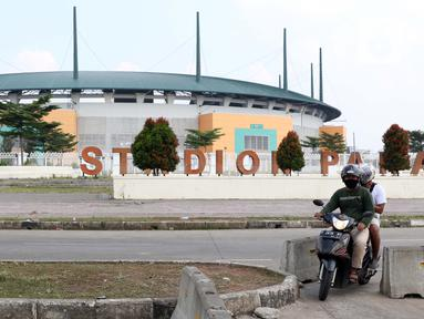 Pengendara motor menerobos beton pembatas di kawasan lingkar Stadion Pakansari, Kabupaten Bogor, Jawa Barat, Rabu (10/6/2020). Pemkab Bogor masih melakukan Pembatasan Sosial Berskala Besar (PSBB) secara proporsional hingga 2 Juli mendatang. (Liputan6.com/Helmi Fithriansyah)