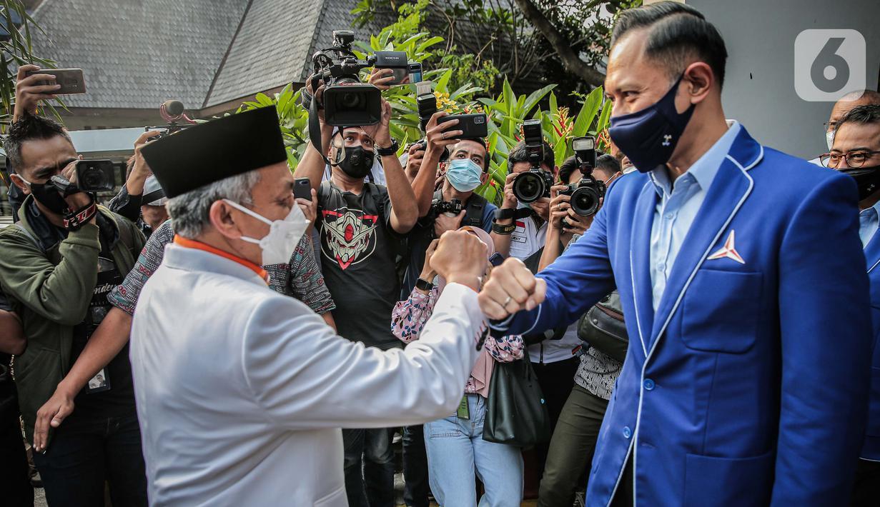 Ketua Umum Partai Demokrat, Agus Harimurti Yudhoyono menerima kunjungan Presiden PKS, Ahmad Syaikhu di kantor DPP Partai Demokrat, Jakarta, Kamis (22/4/2021). Pertemuan merupakan silaturahmi antara kedua Parpol sekaligus membahas kondisi politik nasional terkini. (Liputan6.com/Faizal Fanani)