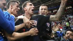 Yuri Cortez (bawah) terjepit saat para pemain Kroasia merayakan gol pada semifinal Piala Dunia 2018 di Luzhniki Stadium, Moskow, (11/7/2018). Yuri jatuh saat perayaan gol skuat Vatreni tersebut. (AP Photo/Frank Augstein)