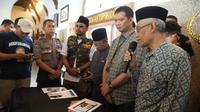Polrestabes Surabaya menangkap pria berinisial OAS warga Sukolilo Surabaya, lantaran terlibat dalam kasus dugaan ujaran kebencian. (Foto: Liputan6.com/Dian Kurniawan)
