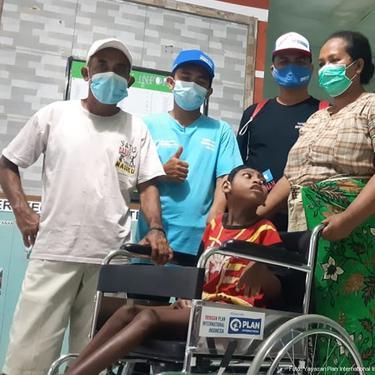 Irfan, anak 12 tahun terdampak bencana di Lembata, NTT saat mendapatkan bantuan kursi roda (Dok: Plan Indonesia)