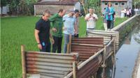Aktor Matt Damon (paling kiri) melihat jamban warga saat berkunjung ke Batang, belum lama ini. (Solopos.com/Istimewa)