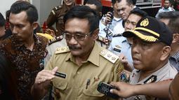 Wagub DKI, Djarot Saiful Hidayat menjawab pertanyaan awak media usai menjenguk Gubernur DKI, Basuki Tjahaja Purnama (Ahok) di Rutan Cipinang, Jakarta, Selasa (9/5).  Usai divonis dua tahun, Ahok langsung dibawa ke rutan tersebut. (GOH CHAI HIN/AFP)
