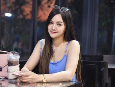 Nama Sandy Klisana mulai meroket sejak dirinya digaet jadi model video klip grup band pendatang baru di Thailand. (Liputan6.com/IG/@sandy_klisana)