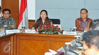 Menko PMK Puan Maharani bersama Gubernur BI Agus Martowardojo (kanan) memimpin rapat koordinasi di Kementerian PMK, Jakarta, Selasa (8/11). Rakor membahas rancangan perpres penyaluran bantuan sosial secara non tunai. (Liputan6.com/Angga Yuniar)