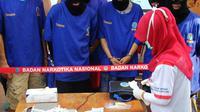 Sejumlah tersangka dan barang bukti dihadirkan ketika pemusnahan barang bukti tersebut di kantor BNN, Jakarta, Rabu (17/6). Sebanyak 18 kg sabu dan 622 butir ekstasi hasil pengungkapan BNN itu dimusnahkan. (Liputan6.com/Johan Tallo)