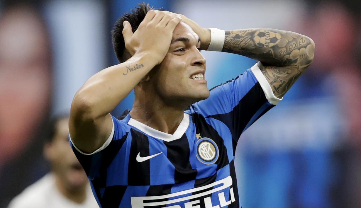 Striker Inter Milan, Lautaro Martinez, tampak kecewa usai gagal mengalahkan Fiorentina pada laga Serie A di Stadion di Giuseppe Meazza, Rabu (22/7/2020). Kedua tim bermain imbang 0-0. (AP Photo/Luca Bruno)