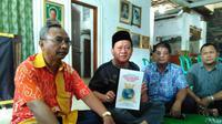 Lelaki yang menamakan dirinya Sri Baginda Raja Pangeran Muhammad Abdullah Hasanudin diidampingi Kepala Kesbangpolinmas Kota Cirebon Tata Kurnia Saswita (Liputan6.com/Panji Prayitno)