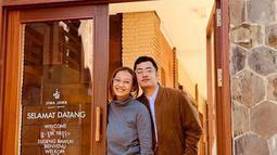 Dennis menikah dengan Fauzia Vina Soraya yang adalah manajernya. Pernikahan mereka digelar sederhana dan hanya mengundang kerabat terdekat saja pada 18 Februari 2017. (Liputan6.com/IG/@vinachanchan)