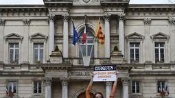 Model sekaligus Aktivis PETA, Juliana Marques saat melakukan aksi mengecat tubuhnya menyerupai harimau di Avignon, Prancis, (11/2). Menurut Marques pertunjukkan sirkus dianggapnya mengeksploitasi binatang demi keuntungan. (AFP Photo / Boris Horvat)