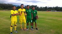 Eks pemain PSPS, Syaiful Anwar (kedua dari kiri), gabung Semen Padang. (Bola.com/Arya Sikumbang)