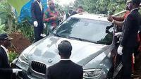 BMW X5 dijadikan peti mati (Foto: Pool/Twitter).