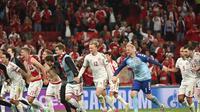 Para pemain Denmark merayakan kemenangan 4-1 atas Rusia pada pertandingan Grup B Euro 2020 di  Stadion Parken, Kopenhagen, Selasa, 22 Juni 2021. (Jonathan Nackstrand/Kolam melalui AP)