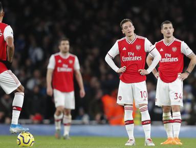 Ekspresi pemain Arsenal setelah striker Brighton & Hove Albion, Neal Maupay mencetak gol kedua timnya pada pertandingan lanjutan Liga Inggris di Stadion Emirates, London (5/12/2019). Arsenal takluk dengan skor tipis 2-1 atas Brighton. (AP Photo/Frank Augstein)