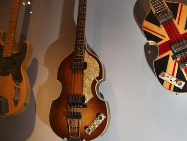Gitar, termasuk bass yang  digunakan oleh Paul McCartney untuk merayakan 'Diamond Jubilee' Ratu Elizabeth pada pameran Play It Loud: Instruments of Rock & Roll di Metropolitan Museum of Art di New York, 1 April 2019. Pameran ini dibuka untuk umum mulai 8 April hingga 1 Oktober 2019. (AP/Seth Wenig)