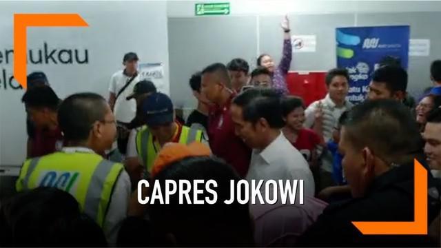 Capres Joko Widodo (Jokowi) bersama Ketua TKN Erick Thohir menaiki moda transportasi MRT. Jokowi hendak pulang ke kediamannya di Bogor. Jokowi kembali ke Bogor setelah berakhir Pekan di seputaran Bundaran HI