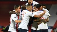 Ander Herrera (kiri) dan pemain-pemain PSG merayakan gol yang dicetak Marquinhos ketika klub Prancis itu bertandang ke Old Trafford dalam laga matchday kelima Liga Champions, Kamis (3/12/2020) dini hari WIB. PSG menang 3-1 atas Manchester United. (OLI SCARFF / AFP)
