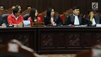 Kuasa hukum pemohon (tengah) membacakan nota saat sidang perdana permohonan uji materi UU Nomor 7 Tahun 2017 tentang Penyelenggaraan Pemilu di Gedung MK, Jakarta, Selasa (5/9). Ada tiga pasal yang diuji materikan. (Liputan6.com/Helmi Fithriansyah)