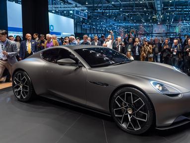 Pengunjung melihat mobil listrik Piech Mark Zero yang dipamerkan dalam Geneva International Motor Show di Jenewa, Swiss, Selasa (5/3). Geneva International Motor Show berlangsung pada 7-17 Maret 2019. (Martial Trezzini/Keystone via AP)