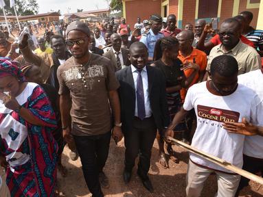 Bintang sepakbola Pantai Gading Didier Drogba tiba untuk meresmikan sekolah di Pokou-Kouamekro, dekat Gagnoa, Pantai Gading barat tengah (17/1). Mantan penyerang Chelsea ini mensponsori pembangunan sekolah dasar tersebut. (AFP Photo/Sia Kambou)