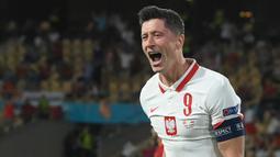 Robert Lewandowski. Striker Timnas Polandia berusia 33 tahun ini telah membuat 6 hattrick dari total 72 gol dalam 127 laga internasional. Hattrick pertamanya dibuat saat ia mencetak 4 gol ke gawang Gibraltar pada kualifikasi Piala Eropa, 7 September 2014 yang berkesudahan 7-0. (AFP/Pool/David Ramos)