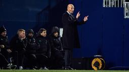 Pelatih Real Madrid, Zinedine Zidane memberi instruksi pada pemainnya saat berhadapan dengan Leganes pada leg pertama perempat final Copa del Rey di Estadio Municipal de Butarque (18/1). Madrid menang tipis 1-0 atas Leganes. (AFP Photo/Oscar Del Pozo)