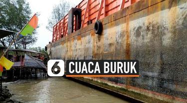 Sebuah kapal tongkang terseret ombak besar di Pantai Pulo Kodok, Tegal, Jawa Tengah. Kapal tersebut sempat menabrak pohon dan tempat duduk pengunjung pantai.