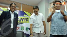 Perwakilan tim Perseru Serui menunjukkan hasil undian drawing babak semifinal Liga Indonesia 2013 (Liputan6.com/ Helmi Fithriansyah)