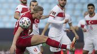 Striker Norwegia, Erling Haaland (depan) berebut bola dengan bek Turki, Caglar Soyuncu dalam laga Kualifikasi Piala Dunia 2022 Zona Eropa Grup G di La Rosaleda Stadium, Malaga, Sabtu (27/3/2021). Norwegia kalah 0-3 dari Turki. (AFP/Jorge Guerrero)