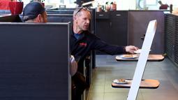 Robot mengantarkan makanan kepada pelanggan di restoran Asia di Wina, Austria, Kamis (28/5/2020). Restoran tersebut menggunakan robot untuk mengantar makanan guna mengurangi kontak yang tidak diperlukan antara pelayan dan pelanggan di tengah pandemi virus corona COVID-19. (Xinhua/Guo Chen)