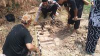 Petugas Polres Indramayu bersama komunitas tapak karuhun nusantara dan TACB Indramayu tengah meneliti adanya temuan tumpukan struktur batu bata menyerupai candi. Foto (Liputan6.com / Panji Prayitno)