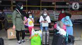 Pemudik menunggu pemberangkatan dari terminal bayangan yang ada di Pasar Jumat, Jakarta, Rabu (5/5/2021). Jelang pemberlakuan larangan mudik 2021 pada esok hari, sejumlah terminal bayangan di wilayah Jabodetabek dipadati para pemudik tujuan Pulau Jawa dan Sumatera. (merdeka.com/Arie Basuki)