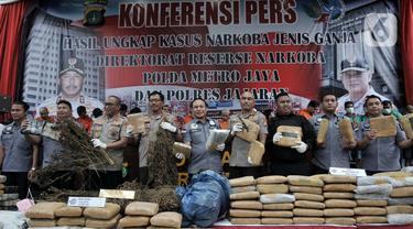 Kapolda Metro Jaya Irjen Pol Nana Sudjana didampingi jajaran Ditresnarkoba dan Polres memberikan keterangan saat rilis pengungkapan kasus ganja di Jakarta, Rabu (22/1/2020). Polisi kembali mengungkap kasus penyalagunaan narkoba jenis ganja dengan total 1,343 ton. (merdeka.com/Iqbal Nugroho)