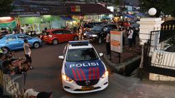 Mobil petugas kepolisian saat memasuki RSAL Mintohardjo, Jakarta, Senin (14/3). Diduga kebakaran yang menewaskan empat orang tersebut akibat korsleting listrik. (Liputan6.com/Gempur M Surya)