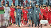 Tim pelatih Timnas Indonesia U-19 bersama pemain saat Piala AFF U-19 2018. (Bola.com/Aditya Wany)