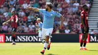 Striker Manchester City Sergio Aguero merayakan gol ke gawang Bournemouth pada laga Liga Inggris di Vitality Stadium, Minggu (25/8/2019). (AFP/Glyn Kirk)