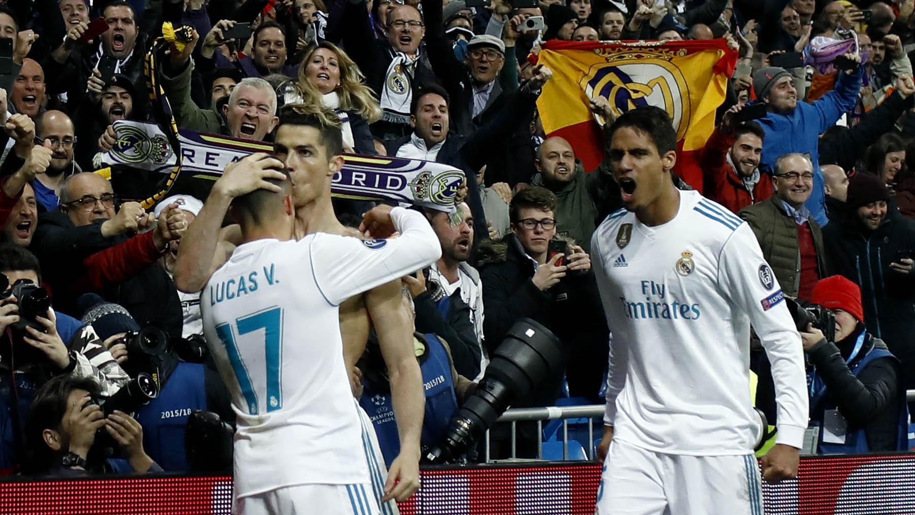 Striker Real Madrid, Cristiano Ronaldo, melakukan selebrasi bersama Lucas Vazquez usai mencetak gol ke gawang Juventus pada laga Liga Champions di Stadion Santiago Bernabeu, Rabu (11/4/2018) (AFP/Oscar Del Pozo)