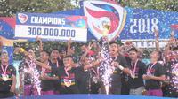 Persik Kediri merayakan pesta juara Liga 3 musim 2018 setelah menang agregat 3-2 atas PSCS Cilacap, Minggu (30/12/2018). (Vincentius Atmaja)