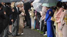 Kaisar Jepang Akihito dan Permaisuri Michiko menyambut para tamu saat pesta taman musim gugur di taman kekaisaran Akasaka Palace, Tokyo, Jumat (9/11). Kaisar dan Permaisuri sama-sama sudah berusia 84 tahun. (AP Photo/Eugene Hoshiko)