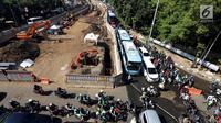Kondisi lalu lintas kemacetan di samping proyek pembangunan underpass Mampang, Jakarta, Senin (6/11). Anies beranggapan, tak terdapatnya amdal lalin beresiko pada kemacetan parah di titik-titik pembangunan. (Liputan6.com/JohanTallo)