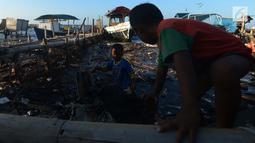 Anak-anak bermain di pinggir laut Muara Angke,Jakarta, Selasa (3/7). Kurangnya pengawasan dari orangtua membuat anak bermain di lokasi berbahaya dan menjadi salah satu faktor tingginya kejahatan pada anak.(Merdeka.com/Imam Buhori)