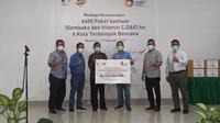 Direktur Utama Bank Mandiri Taspen, Elmamber P Sinaga menyerahkan bantuan secara simbolis ke penerima bantuan di Mamuju (Foto: Liputan6.com/Abdul Rajab Umar)