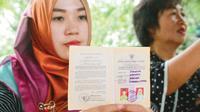 Istri kedua polisi yang mengaku menjadi korban pemalsuan buku nikah itu sempat mengamuk di kantor Propam Polda Gorontalo. (Liputan6.com/Aldiansyah Mochammad Fachrrurozy)