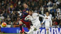 Sergio Ramos (kanan) berebut bola dengan Lionel Messi pada laga El Clasico, Minggu (22/11/2015) dini hari WIB. Ramos menilai kejayaan Barca musim ini takkan berlangsung lama. (Reuters/Sergio Perez)