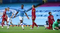 Winger Manchester City Raheem Sterling menggelar selebrasi usai merobek gawang Liverpool di Etihad Stadium, Kamis (2/7/2020) atau Jumat dini hari WIB. (AFP/Dave Thompson)