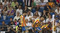 Gelandang Valencia, Geoffrey Kondogbia (kanan) melakukan selebrasi usai mencetak gol ke gawang Real Madrid, pada laga lanjutan La Liga 2017-2018, di Stadion Santiago Bernabeu, Senin (28/8/2017) dini hari WIB. Pertandingan berakhir imbang 2-2.  (AFP/Curt